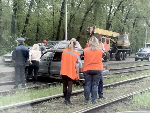 В Новокузнецке женщина за рулём застряла на рельсах